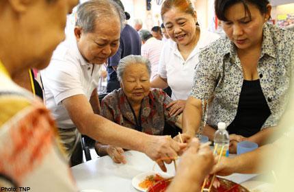Kidney patients bring CNY joy to elderly